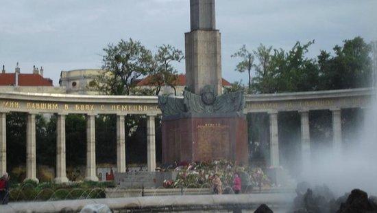 Schwarzenbergplatz : Russian troops occupied Vienna until 1956; this is the memorial to their fallen troops