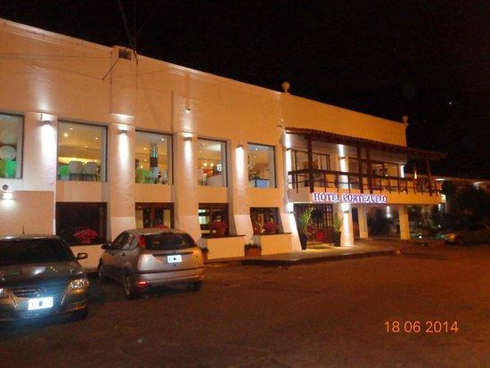 Portezuelo Hotel: Frente del hotel, donde se ve el restaurante en el 1er piso