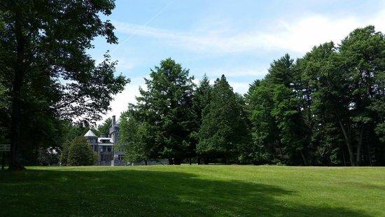 Yaddo Gardens : lawn to mansion