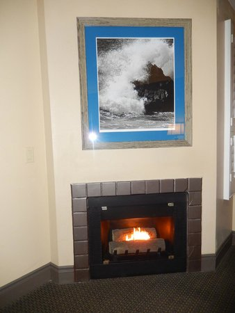Sand Pebbles Inn: Our room has a fireplace!