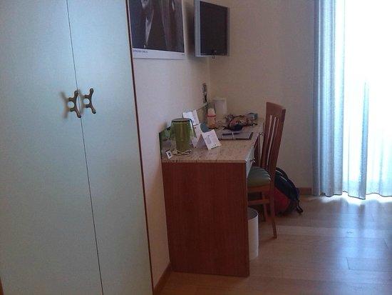 B&B Hotel Duca D'Aosta: scrivania + armadio
