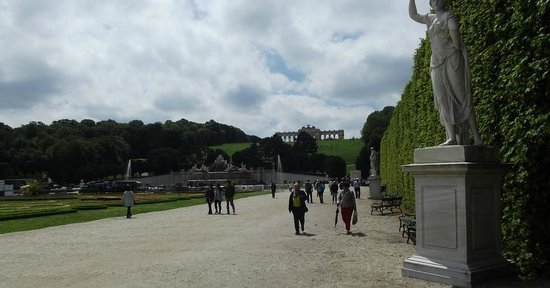 Schonbrunner Gardens: VIEW DOWN TOWARDS THE GLORIETTE