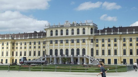 Schonbrunner Gardens: the front of the palace / schloss