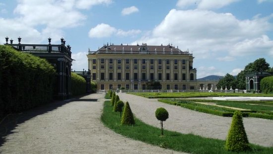 Schonbrunner Gardens: SIDE VIEW OF THE SCHLOSS