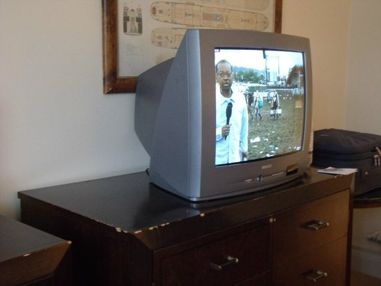 Britannia Leeds Bradford Airport : Steam telly, chipped desk- cost to remedy £150?