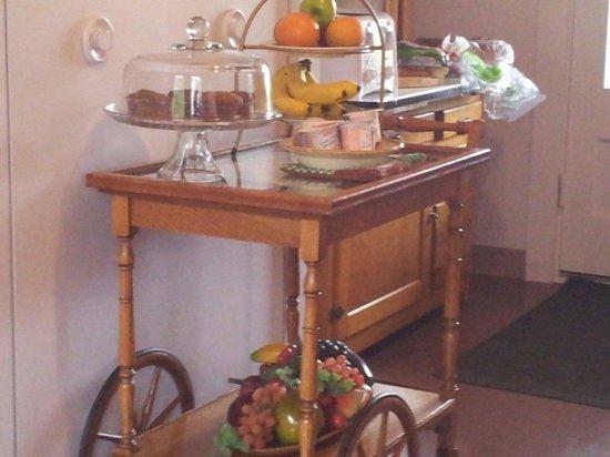 Manoir Le Tricorne: Le chariot libre service et ses divers produits frais.