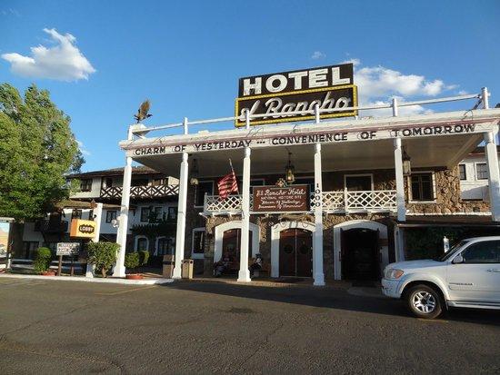 El Rancho Hotel & Motel : Outside