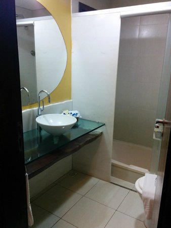 Ocean Palace Beach Resort & Bungalows: Small but clean bathroom with jacuzzi tub.
