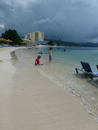 Sunscape Cove Montego Bay: Far end of Sunset beach looking back