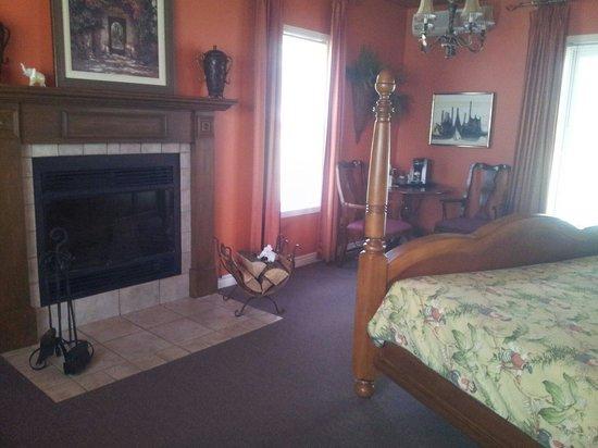 Manoir Le Tricorne: La chambre avec son coin café et sa cheminée.