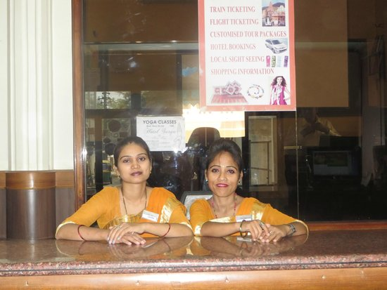 Hotel Surya, Kaiser Palace : Friendly faces at front desk