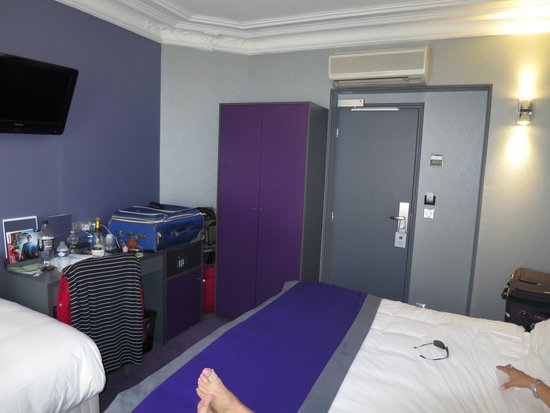 Best Western Le Nouvel Orléans : Tight space between bed and closet