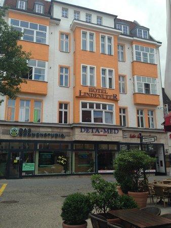 Hotel Lindenufer: Budynek hotelu widok od strony stacji metra