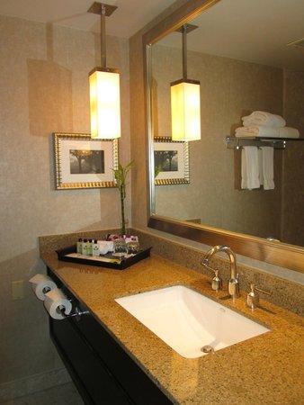 InterContinental Toronto Centre: Bathroom counter InterContinental May 2014