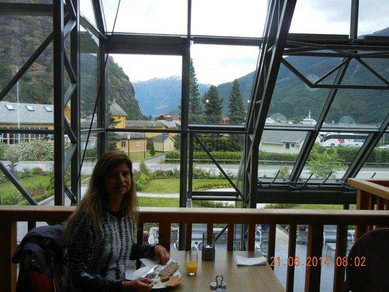 Fretheim Hotel: NO café da manhã, vista privilegiada do lago e das montanhas
