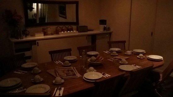 Byron Cove Beach House: Communal breakfast