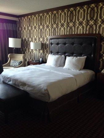 Hilton Alexandria Mark Center: Our room. Clean and nice decor.