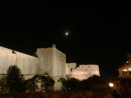 Hilton Imperial Dubrovnik : Full moon over Dubrovnik