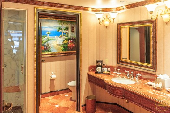 Peppermill Resort Spa Casino: Bathroom of double king room on 6th floor of Tuscany Tower