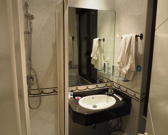 The bathroom in our room at Hostal Barrera