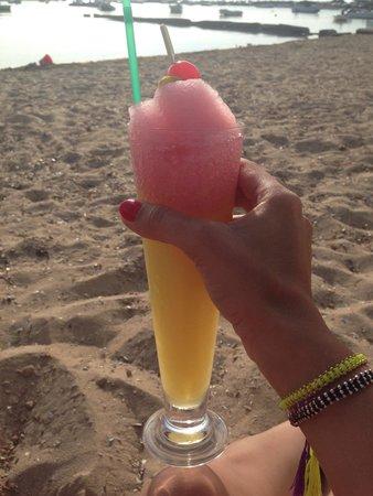 Hostal La Savina: Cóctel riquísimo en la playa