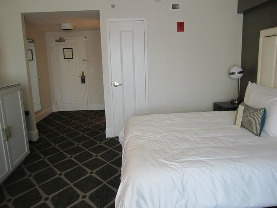 Hotel Commonwealth: Nice area with closet and very comfortable bedding.