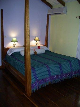 Hamanasi Adventure and Dive Resort: Big, comfortable bed! The BEST sleep ever.