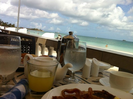 Sandals Grande Antigua Resort & Spa: colazione in riva al mare, al Bayside