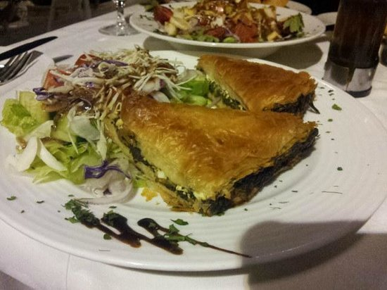 Molos Restaurant: Filo pastry with spinach and side salad