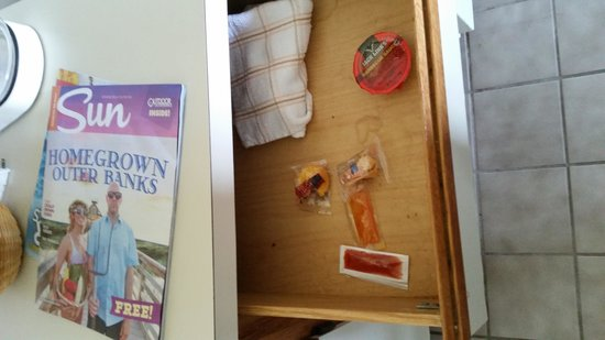Days Inn & Suites Kill Devil Hills-Mariner: rooms do come with free bbq sauce and ancient fortune cookies.