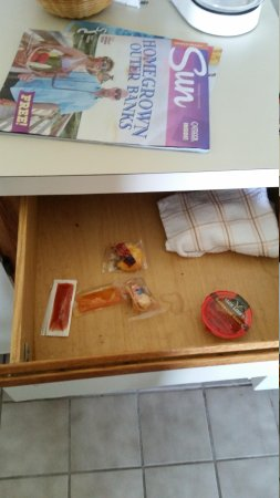Days Inn & Suites Kill Devil Hills-Mariner : rooms do come with free bbq sauce and ancient fortune cookies.