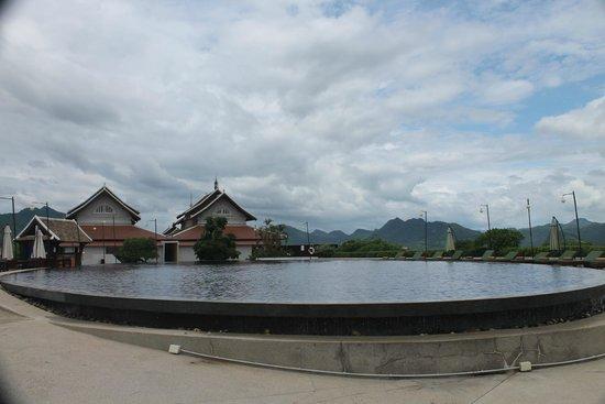 Luang Prabang View Hotel : The pool and surrounding mountain views