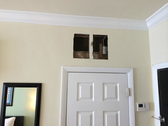 Odyssey of South Beach Hotel: Hole in wall