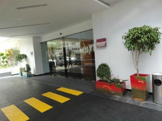 Mercure Hotel Alameda Quito: Front door
