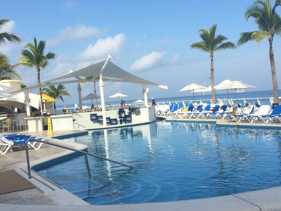 Cozumel Palace: Early morning poolside