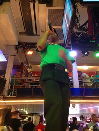 Ellen's Stardust Diner : A server belting out a song while we waited for our food