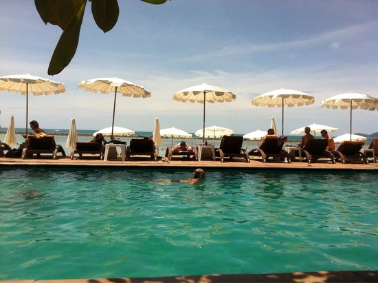 Montien House : Piscina enfrente del mar