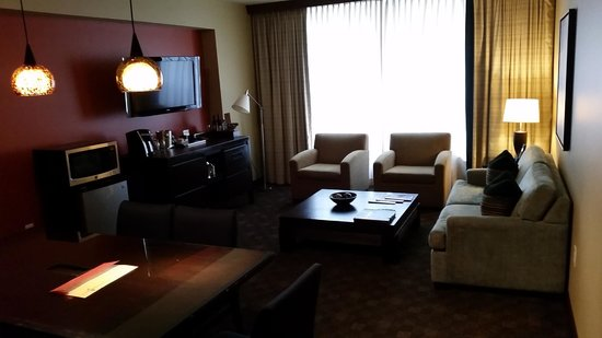 Loews Hotel 1000, Seattle : Living room in suite (day)
