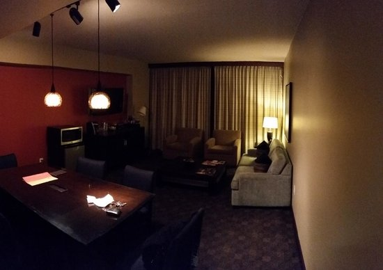 Loews Hotel 1000, Seattle : Living room in suite (night)