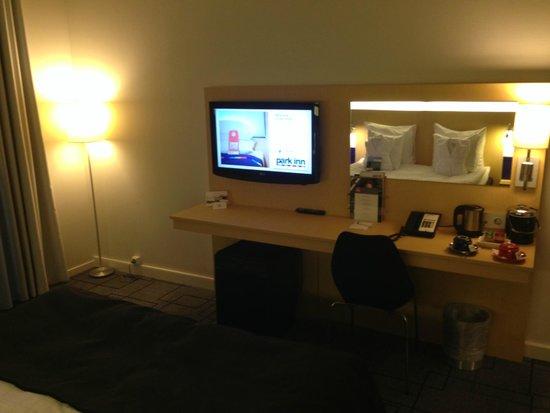 Park Inn by Radisson Malmo : A small, but practical, desk