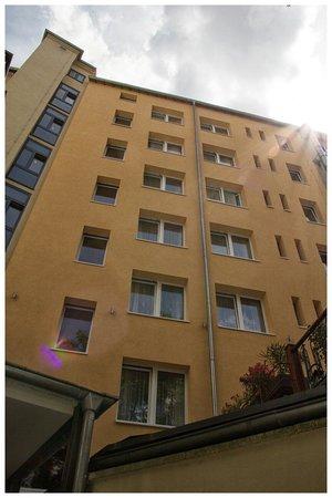 Townhouse Hotel: Blick vom Hinterhof auf das Hotel