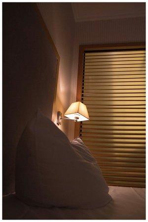 Townhouse Hotel: Blick vom Bett auf Bad