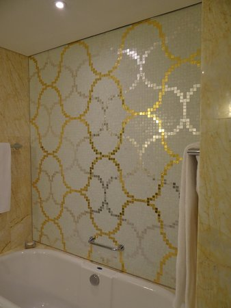 Jumeirah at Etihad Towers: Bathtube