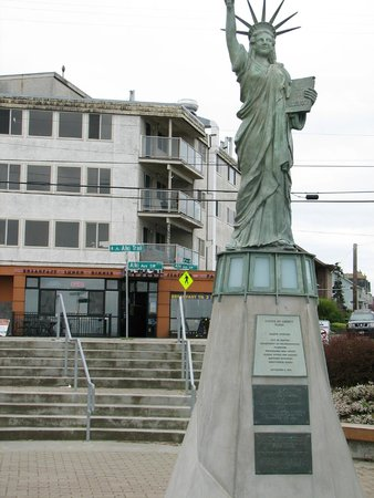 Alki Beach : A mini Statue of Liberty