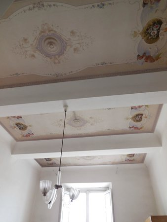 Royal Victoria Hotel: Frescoes on the ceiling of our room