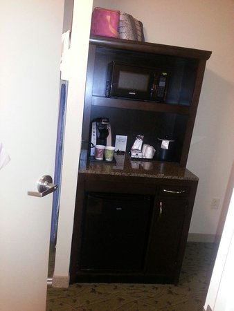 Hilton Garden Inn Pensacola Airport -Medical Center: Keurig, fridge, and microwave
