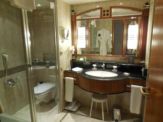Kempinski Hotel Corvinus Budapest: Deluxe room bathroom