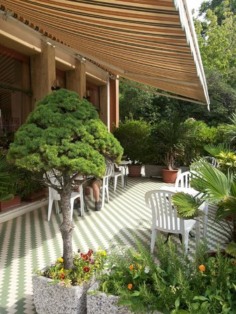 Rivamare Hotel: Outdoor area of the cafe. A small resting place with lots of nice plants