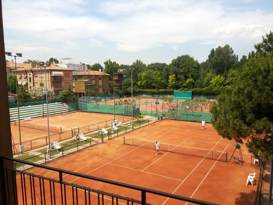 Rivamare Hotel: The view of the tennis court. You can also book to use it i think.