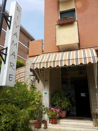 Rivamare Hotel: Front door
